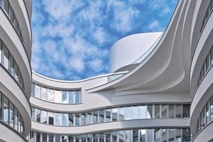Wie hier im Patio werden an jeder Stelle des Gebäudes die Möglichkeiten für spannende visuelle Erlebnisse, die sich durch die amorphe Grundform ergeben, genutzt, ohne übertrieben zu wirken