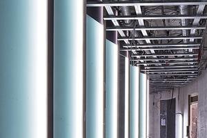 Die schuppenartig angeordneten Gläser der Atriumfassade werden mit LED hinterleuchtet, die über eine Steuerung verschiedene Lichtszenarienerzeugen können