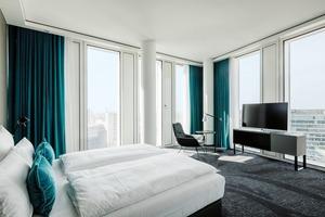 Das Raster der Fassade wurde letztlich durch das Raster der Hotelzimmer definiert, da das Zimmerkonzept des Betreibers immer mit denselben lichten Raummaßen   arbeitet. Die Grundflächen der Zimmer sind dabei relativ kompakt.   Investiert wird stattdessen in den Komfort, beispielsweise in Form von technisch hochwertigen Bädern oder einen sehr guten Schallschutz