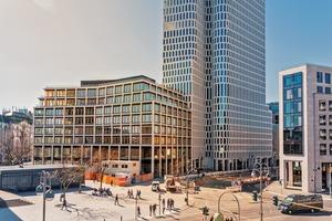 Neben dem Zoofenster, dem Zoopalast und dem Bikinihaus ist das Upper West ein wichtiger Teil der revitalisierten City-West am Berliner Tierpark. Das Riegelgebäude am Breitscheidplatz bildet jetzt den Auftakt zum Kurfürstendamm und zur Kantstraße