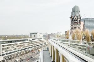 Auf der 10.Etage befindet sich der große Frühstücksraum des Hotels, der mit einer doppelten Geschosshöhe an der Fassade ablesbar ist und mit einer 250m<sup>2</sup> großen Terrasse auf dem Dach des Riegelbaus erweitert wurde