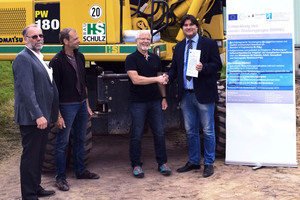Die Leiter des neuen Studiengangs Prof. Dr. Lothar Kirschbauer (l.) und Prof. Dirk Fischer (r.) überreichten das Konzept an Dipl.-Ing. Wolfgang Schulz, Horst Schulz Bauunternehmung GmbH (2.v.r.), und Polier Guido Günther