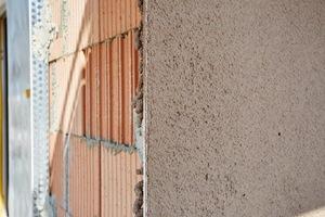 Bild 1-3: Speziell für hoch wärmedämmendes Ziegelmauerwerk entwickelte Leichtputze ermöglichen schlanke, monolithische Wandkonstruktionen auf aktuellem Energiestandard