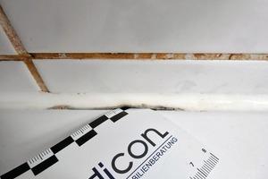 Bild3: Ablösung der Dichtstofffuge vom Wannenrand