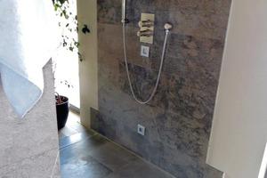 Bild1: Bodengleiche Dusche ohne Duschabtrennung mit angrenzendem Parkett