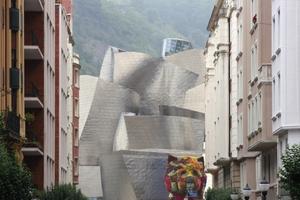 """Kubistische Kunst? Gehrys Museumsbau – davor Koons' """"Puppy"""" – beherrscht die Altstadt"""