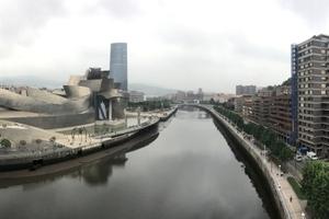 Blick von der Puente de La Salve auf Guggenheim Museum und Torre Iberdrola am Nervión