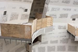 Der Blick in das Ausstellungsatrium zeigt: Fast alle Innenwände wurde mit Trockenbauplatten verkleidet
