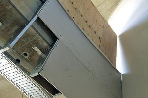 rechts: Der abgekofferte Deckenrand im Bau (oben) und als Detail (unten)