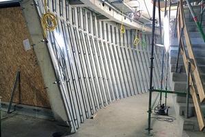 Insgesamt wurden auf ca. 10000lfm Unterkonstruktion 3500m<sup>2</sup> Trockenbauplatten verbaut. Wo Fenster sind, öffnen sich Teile der Schale und bringen Licht ins Innere (rechts)