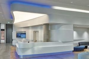 Der als Trockenbau-Radialkörper ausgeführte Empfang im Foyer umfasst im Inneren noch ein Backoffice, die Garderobe, den Gepäckraum und Räume für technische Ausstattung wie Verteiler und Server