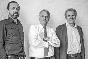 """<p><span class=""""Fliesstext Vorspann"""">PSP Architekten Ingenieure</span><br />Die Partner v.l.: Christoph Bösch, Michael Krämer, Jörg Huhnholz</p><p></p><p>PSP Architekten und Ingenieure sind seit ihrer Gründung 1963 im In- und Ausland tätig. Das Büro mit seinem Standort in Hamburg entwickelt individuelle Lösungen, die funktionelle Anforderungen beantworten. Dabei ist ressourcensparendes und gesundes Bauen integraler Bestandteil des Planungsprozesses, der sowohl den Bauherrn als auch die Fachplaner und Verarbeiter einschließt.</p>"""