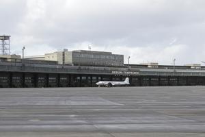 Blick über das Vorfeld auf den Terminal Tempelhof, demnächst mit Dachterasse?