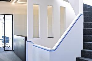 Das blaue LED-Band im Handlauf der Treppe führt den Besucher durch alle drei Geschosse