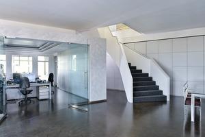 Der Eingangsbereich blieb bestehen, neu ist die Treppe, die nun alle Geschosse miteinander verbindet