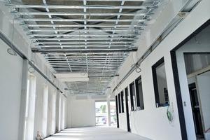 Hier entstehen neue Büros: Die selbst entwickelte Kühldecke wurde mit Akustikplatten verkleidet. Beim graphitfarbenen Anstrich wurde sehr darauf geachtet, dass die Lochung frei von Farbe bleibt