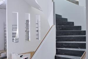 Der Trockenbau verkleidet die Stahltreppe komplett