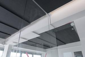 Die Abtreppung in der Akustikdecke folgt der Dachform (oben)
