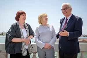 Shelley McNamara, Yvonne Farrell und Paolo Baratta vor der Lagunenlandschaft Venedigs