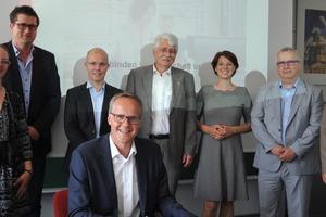 Unterzeichnung des Kooperationsvertrags durch Vertreter aller beteiligten Firmen und Institutionen