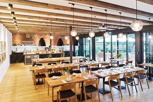 links: Die Hofküche ist ein moderner Speisesaal im historischen Gemäuer, der sich mit einer großzügigen Glasfront zum Garten öffnet
