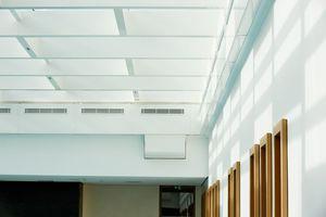 Passgenauer Einbau von Lüftung und Beleuchtung, sowie der Rahmen um die Fenster zu den angrenzenden Bereichen des Schwimmbades