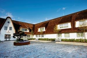 Das Hotel präsentiert sich im Stil eines Friesenhauses unter einem Reetdach, das eine Fläche von 5000m² aufweist<br />