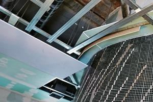 Der Deckenanschluss an die runde Dampfsauna, die nur einen Radius von 1500mm aufweist. Dies stellte erhöhte Anforderungen an den Trockenbau, insbesondere an die Beplankung, die zur besseren Anpassung an den Radius vorgenässt wurde