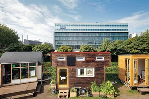 "Tiny Houses (v. l.): ""35KubikHeimat"", ""Tiny Tea House"", ""New Work Studio"", ""Holly Foods House"", ""Projektcafé Grundeinkommen"", ""Tiny100"", ""Tiny House Summer School"" und ""House of Tiny Systems"""