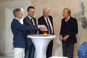 Stellten den Stand des Umbaus vor und schalteten die Homepage des Baukunstarchivs NRW frei (v.l.): Wolfgang Sonne (TU Dortmund), Ernst Uhing (Präsident AKNW), Dortmunds OB Ullrich Sierau und Walter Brune