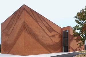 Gemauerter Faltenwurf über 70m Länge: der Neubau des Textil- und Bekleidungsverbandes