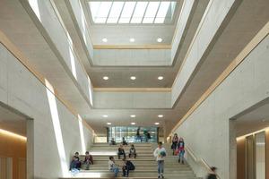 Das dreigeschossige Atrium ist das Herzstück der Gemeinschaftsschule und verbindet und trennt unsichtbar die verschiedenen Nutzungen und Funktionen