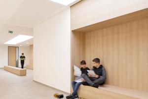 Sitznischen und Bänke (Lerninseln) in den Erschließungszonen machen diese zu Kommunikationszonen
