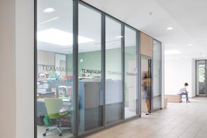 links: Die Arbeitsräume für die Lehrer (Teamquader), sind zu den Erschließungszonen verglast und vermitteln Transparenz und Erreichbarkeit für die Schüler