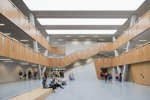 Das zentrale Atrium: Von hier geht es in die verschiedenen Lernhäuser, die einzelne Jahrgangsstufen mit ihren differenzierten Lern- und Raumangeboten zusammenfassen. Außerdem dient es großen und kleinen Versammlungen
