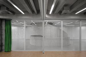 Jeweils die Hälfte der Klassenräume ist lediglich durch eine Glaswand vom Treppenraum abgetrennt. Diese Schulzimmer sind variabel möblierbar und flexibel nutzbar