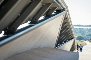 Der große Abstand zwischen dem Handlauf und der Außenkante der Brücke schafft eine optische Distanz zu der darunterliegenden Straße