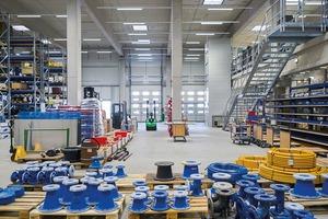 Die Werk- und Lagerhallen rund um den Werkhof bestehen aus einer kosteneffizienten Fertigteilbauweise mit eingespannten Stützen und Spannbettbindern