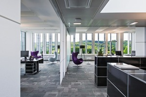 Der Verwaltungsbau ist ein Stahlbetonskelettbau mit punktgestützten Flachdecken, der mit einer Bundtiefe von 14,9m weiträumige Büroflächen bietet