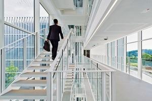 Zwischen den beiden Landschaftsfenstern liegt das lichtdurchflutete Foyer mit den Brückenstegen und abgehängten Treppen