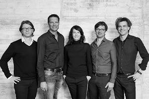 """<p><span class=""""kastentext_hervorgehoben"""">kadawittfeldarchitektur<br />v.l.n.r.: Stefan Haass, Gerhard Wittfeld, Jasna Moritz, Dirk Lange, Kilian Kada</span></p><p></p><p>1999 in Aachen gegründet, arbeitet das Büro heute interdisziplinär mit über 150 Mitarbeitern an der Verknüpfung von Architektur, Innenarchitektur und Design an der Schnittstelle zu städtebaulichen Planungen. </p>"""