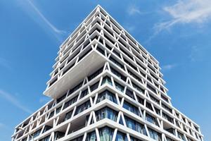 Das Volumen des Gebäudes entspricht den Vorgaben des städtebaulichen Masterplans. Dazu gehört auch die Auskragung der oberen Geschosse, die so gemeinsam mit dem gegenüberstehenden Tour Total eine Torsituation zum neuen Europaviertel bildet