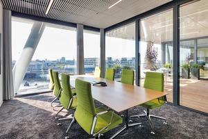 Die Arbeitsplätze reihen sich entlang der Fassade, sie werden ergänzt durch einzelne Besprechungs- und Rückzugsräume. Terrassen und Loggien, sogenannte Outdoor-Workspaces sorgen für zusätzliche Arbeitsqualität