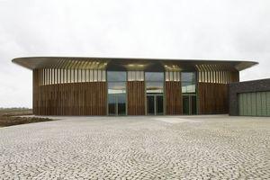 Auf elliptischen Grundriss errichtet ist die Skulpturenhalle weithin sichtbar. Nicht zuletzt wegen ihres geschwungenen Dachs, dessen Tragwerk teilweise hinter Aluminium-Verbundplatten (im Dachüberstand) verschwindet