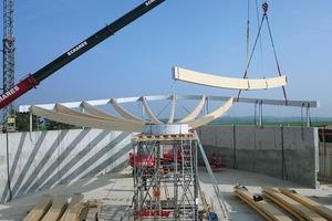 Die Dachkonstruktion konnte durch Vorfertigung und einen Probeaufbau in der Werkstatt effizient und schnell auf der Stahlkonstruktion montiert werden