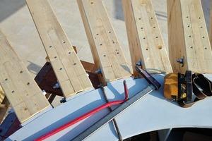 Die Brettschichtholzträger des Holzhängedachs sind mittels Schlitzblechverbindungen und Kopfplatten an dem Stahlzugring in der Mitte befestigt. Zur Sicherstellung der R30-Anforderungen wurden die Stahldübel versenkt eingebaut und mit Holzkappen versehen. Ein F30-Anstrich schützt den Zugring im Brandfall