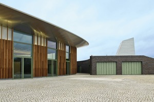 Neben der Skulpturenhalle befindet sich ein Nebengebäude mit Empfang, Büro und Lager. Von hier aus gelangt man auch in den 800m² großen Lagerraum unter der Skulpturenhalle<br />