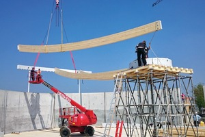 Aufbau des Dachtragwerks. In der Mitte befindet sich ein Lastturm, der die Feldmitte abstützt