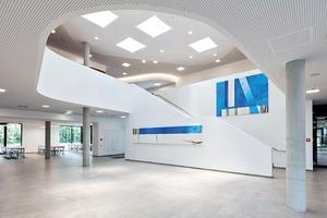Das großzügige Foyer dient gleichzeitig als Aula der Schule