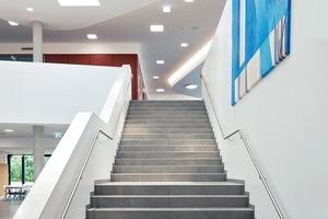 Das Foyer im Eingangsbereich der LOP dient auch als Aula und als Aufenthaltsraum für die Schüler